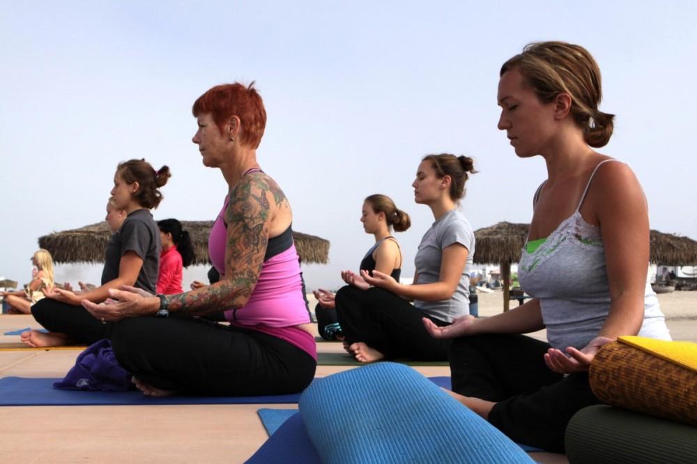 women_yoga_classes_fitness_asana_instructor_hatha_yoga_professor_posture-826135